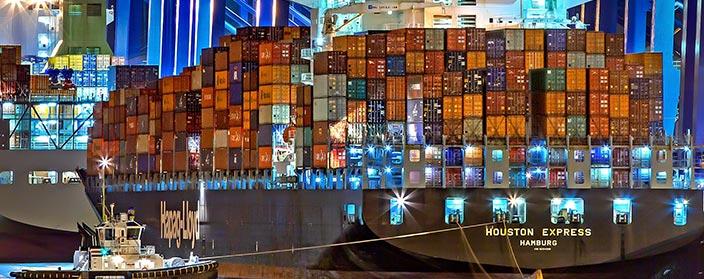 Trasformatori per Applicazioni Navali - Porto illuminato con nave carica di container